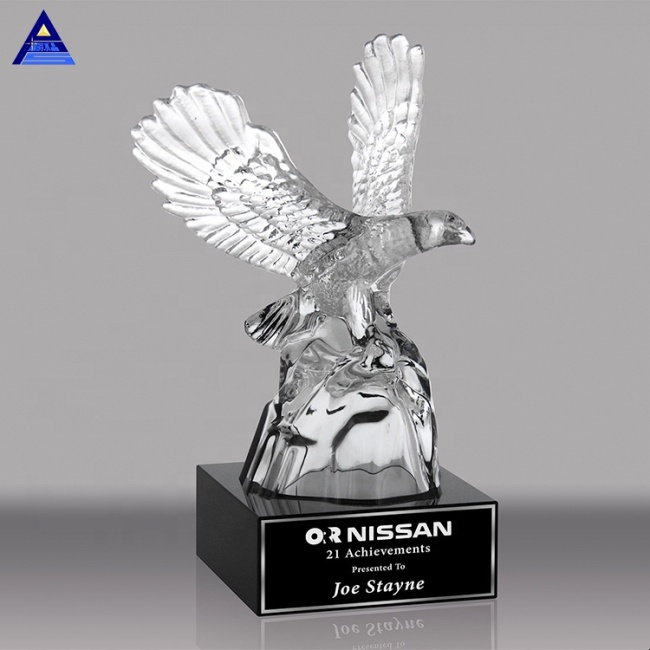 Wholesale Cheap Flying Eagle Model Crystal Eagle Trophy For Business Or New Year Gifts